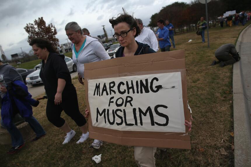 Grupo de hombres armados se manifestaron afuera de una mezquita en Richa...