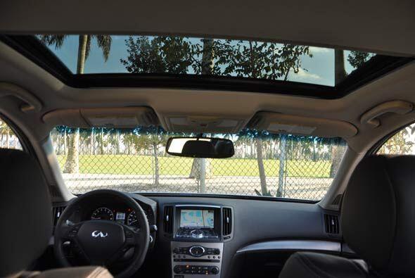 El Infiniti G 37S 2010 tiene la opción de un 'sunroof' que amplía la sen...