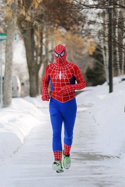 Patrick O'Brien, vestido como el Hombre Araña, sale a trotar enfrentándo...