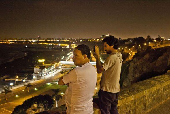 """Desde lo alto de una colina en """"Costa Verde"""", dos personas observan la b..."""