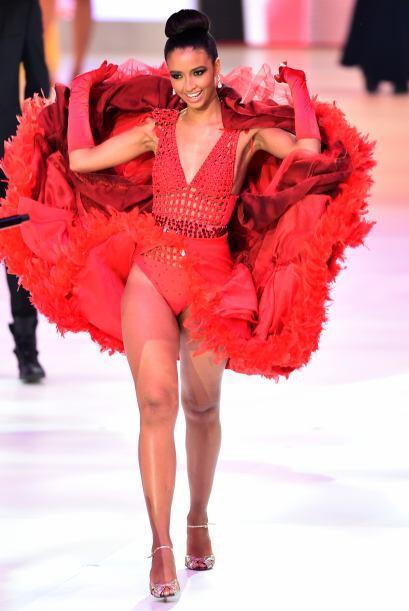 Las Misses desfilaron en trajes típicos, como Miss Francia, Flora Coquerel.