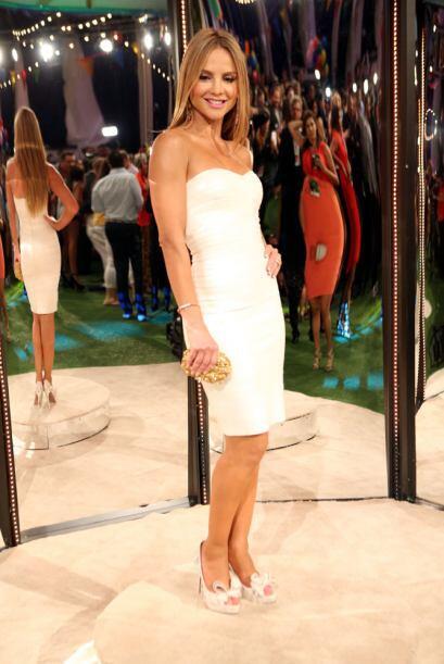 El vestido blanco le acentuó su esbelta figura.