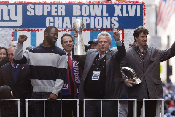 Steve Tisch, copropietario de los Giants, sostiene el Trofeo Lombardi mi...