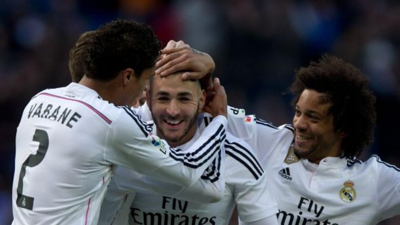 El defensa francés celebra un gol con su compatriota Karim Benzema.
