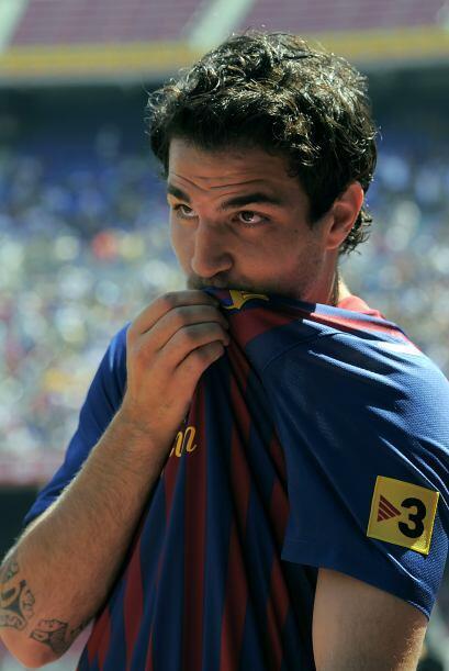 Como muchos lo esperaban, Cesc besó el escudo del club.