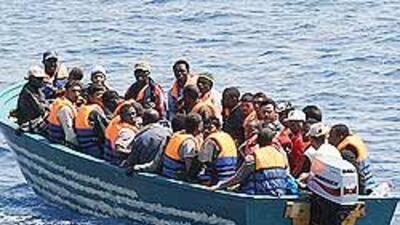 Los inmigrantes africanos utilizan frágiles embarcaciones para emigrar h...