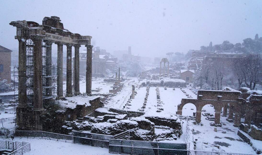 Espectacular estampa nevada del Foro Romano, en la capital italiana.