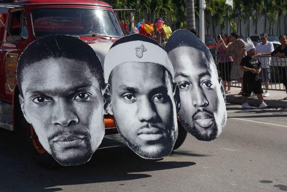 Las caras de Chris Bosh, Lebron James, y Dwyane Wade adornaban la carroz...