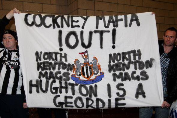 Algunos hinchas del Newcastle mostraron banderas en contra de los due&nt...