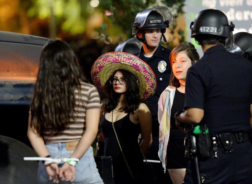 Los manifestantes que se oponen a Trump dicen estar preocupados de que e...