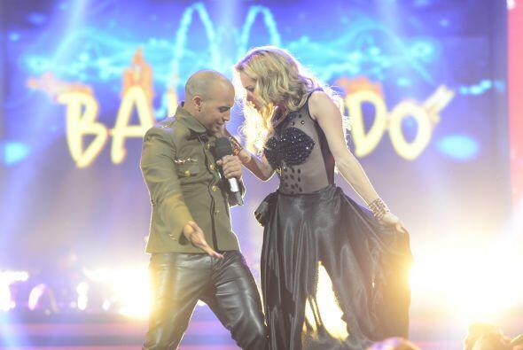 Y también bailó con una de nuestras lindas chicas.