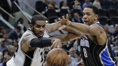 LaMarcus Aldridge, alero de los Spurs de San Antonio, disputa un bal&oac...