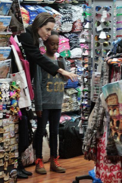 Entró a varias tiendas para comprarle cosas a sus nenas.