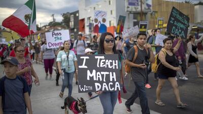 Estudiantes y activistas proinmigrantes marchan en Los Ángeles en rechaz...
