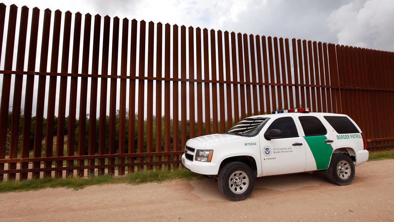 Una camioneta de la Patrulla Fronteriza vigila el muro en Arizona