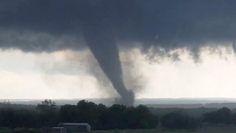 Imagen tomada de un video que muestra el tornado cerca de Wynnewood, Okl...
