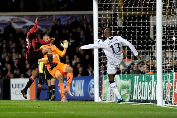 Pero el propio Gallas sacó el balón justo de la línea de gol, esto despu...