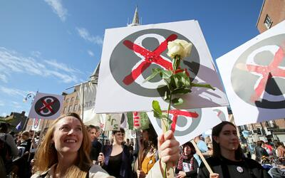 La Octava Enmienda de la Constitución en Irlanda fue aprobada en 1983 y...