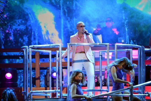 Pitbull siempre llega muy bien vestido y súper combinado.