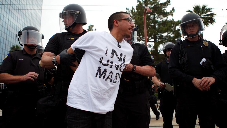 Un manifestante protestando contra las leyes antiinmigrantes en Phoenix,...