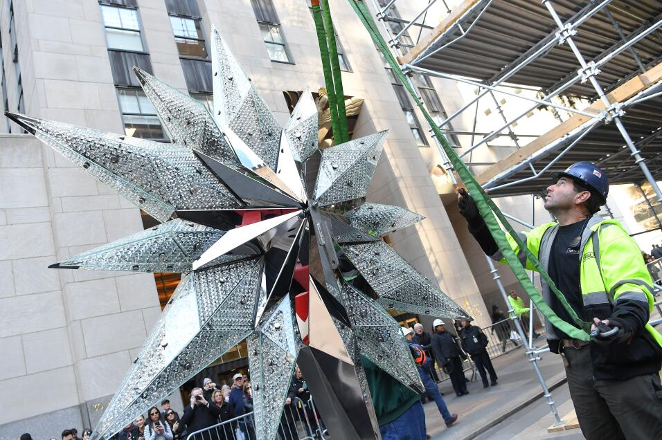La estrella mide 9.5 pies de altura y corona el árbol navideño de 94 pies.