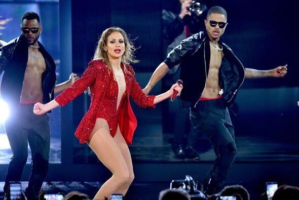 Además de verse muy bella vestida de rojo, sabe que sobre el escenario s...