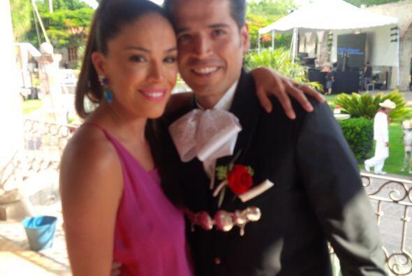 Karla Martínez con su hermano Luis, momentos antes de comenzar su boda c...