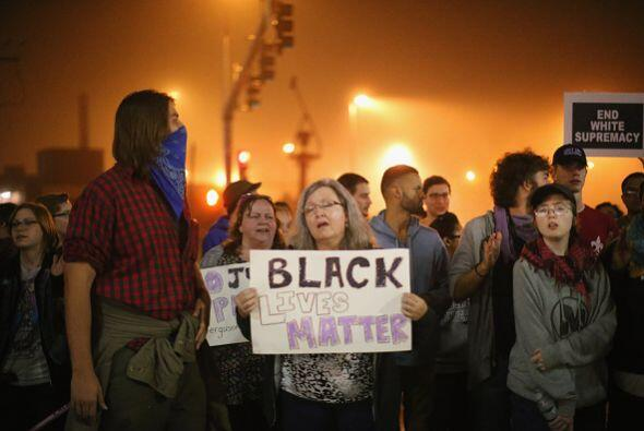 Cantando y gritando consignas, los manifestantes se unieron en oración e...