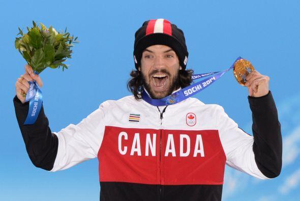 El canadiense Charles Hamelin muestra su felicidad tras haber conquistad...