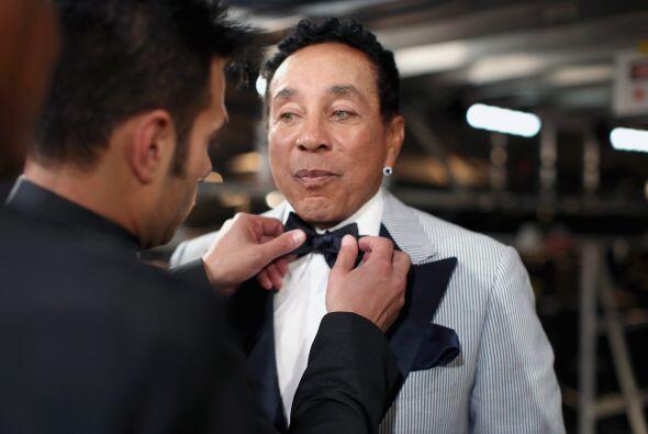 Así acomodándole la corbata a Smokey Robinson, para que se vea chulo de...