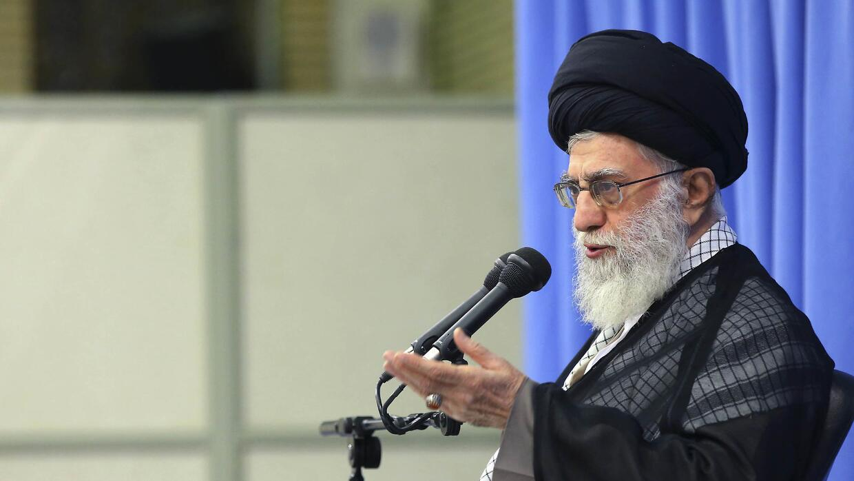 El ayatola Alí Jamenei, líder supremo de Irán, hablando con clérigos en...