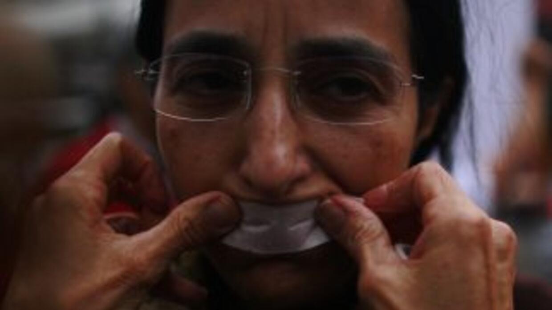 Un manifestante condena la censura en México.