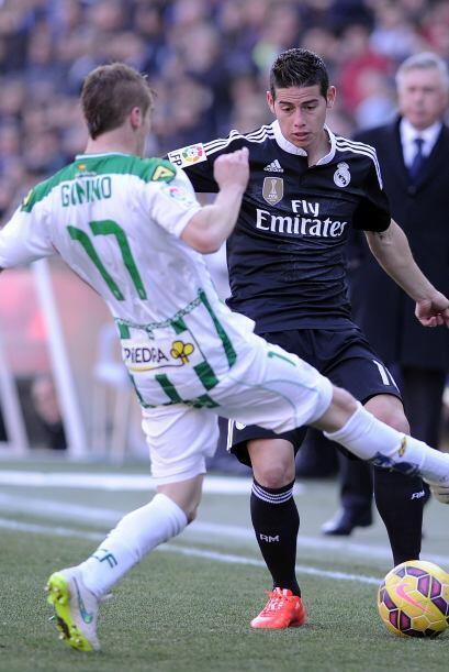 James sufría con la dura marca que aplicaban los defensores del Córdoba...