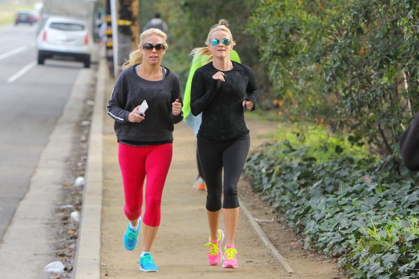 Reese Witherspoon corriendo por un parque