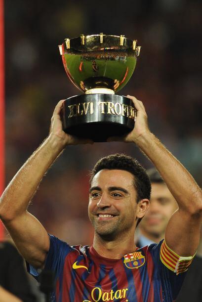 El '6' del club español mostraba el trofeo a todos los presentes.