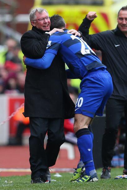 Van Persie no falló y al festejar el 2-0 corrió a festejarlo con el entr...