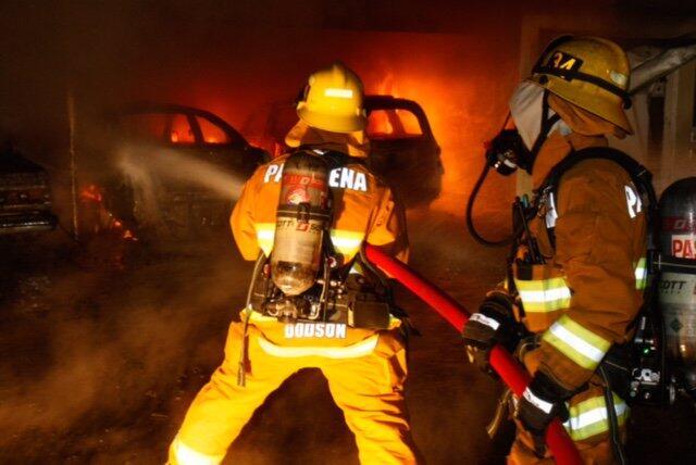 Incendio de 11 autos estacionados en Pasadena