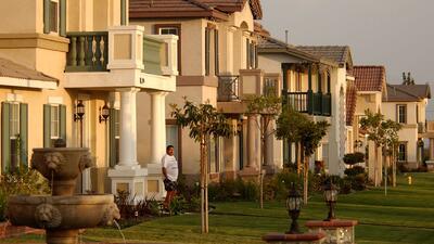 ¿Cómo operan los estafadores de bienes raíces?