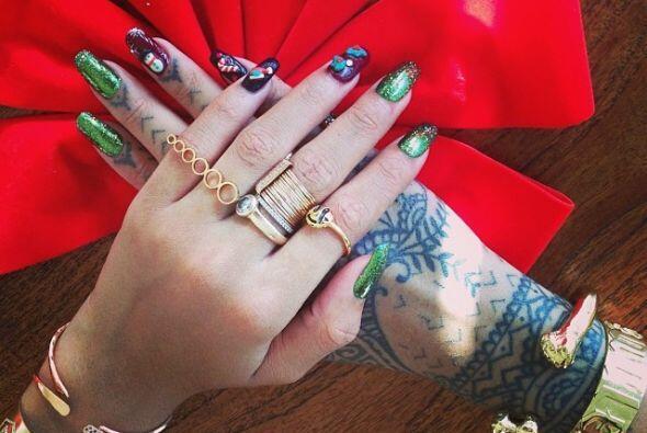 Hasta la uñas las tiene decoradas con motivos navideños.