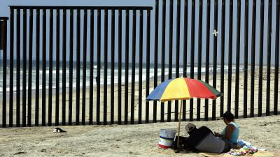 Una pareja descansa en el lado mexicano de la frontera, en Tijuana.