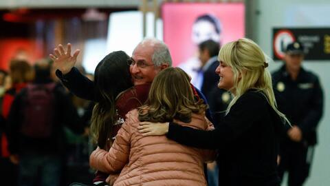 El opositor Antonio Ledezma es recibido por su familia en el aeropurteo...