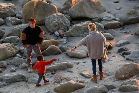 Charlize esperando que el nene le diera la mano. Más videos de Chismes a...
