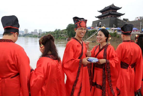 El color establecido por excelencia en las bodas chinas es el rojo, para...