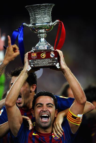 Xavi fue el encargado de levantar el trofeo.