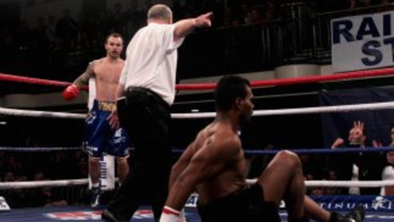 Félix Lora apenas puede levantarse en el segundo asalto en su pelea con...