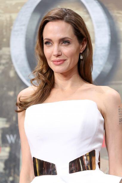 Angelina Jolie Voight. Junio 4 1975: Con su Sendero de la Vida en el n&u...