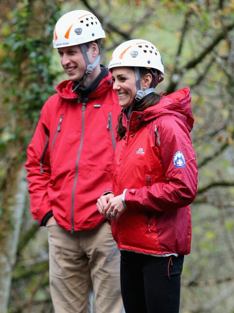 William y Kate escalando una pared.