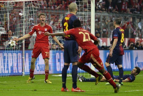 Müller volvió a aparecer cerca de la línea de gol para sumar el segundo...