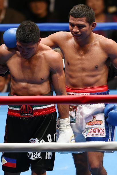 Al final de la pelea González se preocupó por su rival y lo consoló.