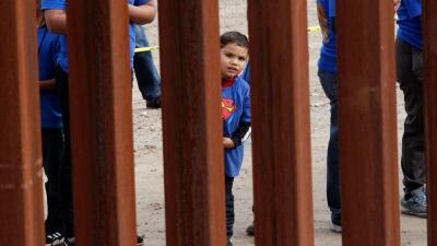 """El número de familias migrantes que cruzan la frontera de EEUU """"bate un nuevo récord"""""""